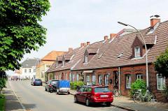 Wohnhäuser / Backsteingebäude, Ziegelhäuser - Reihenhäuser am Hafen von Glückstadt - Arbeiterwohnungen.