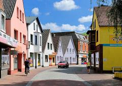 Geschäftshäuser, Einzelhandel mit bunter Fassade, Reichenstrasse in Barmstedt, Kreis Pinneberg.