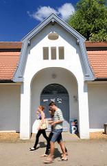 Pavillon der alten Flussbadeanstalt an der Trave bei der Jugendherberge in Bad Oldesloe; 1914 errichtet, steht unter Denkmalschutz.