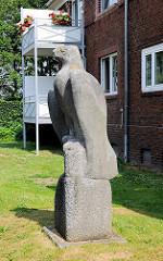 Skulptur Adler an der Klaus Groth Strasse in Glückstadt - Bildhauer Karl August Ohrt.