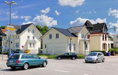 Strassenkreuzung, fahrende Autos - Gründerzeithäuser - blauer Himmel, weisse Wolken; Bilder aus Bad Oldesloe, Kreis Stormarn.