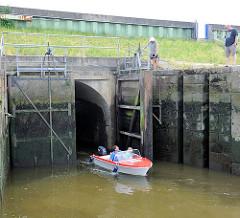 Schleuse zum Rhin / geöffnete Rhinschleuse zum Aussenhafen Glücksstadt; ein Motorboot hat die Schleuse gerade passiert.