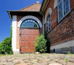Kopfsteinpflaster und Tor -  1846 errichteter Marstall - jetziges Kulturzentrum.