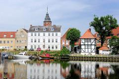 Binnenhafen von Glückstadt an der Unterelbe - rechts das alte Brückehaus von 1635 - im Hintergrund der Wiebke Kruse Turm - baulicher Überrest des Glückstäder Könighofs.