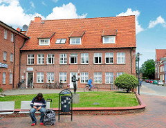Klinkergebäude, Bürohaus / Geschäftshaus an der Reichenstrasse, Bahnhofsstrasse von Barmstedt, Kreis Pinneberg.