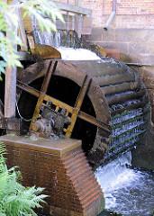 Altes Mühlenrad in Betrieb - Wasser treibt das Mühlenrad bei der Rantzauer Mühle in Barmstedt, Kreis Pinneberg an.