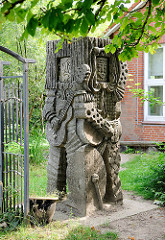 Steinskulptur Musikanten  im Garten der Grundschule / Kindergarten Bünningstedt, Gemeinde Ammersbek.