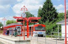 AKN Bahnhof in Barmstedt - ein Zug Richtung Elmshorn steht am Bahnsteig.