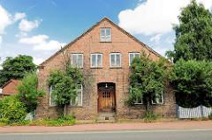 Altes Gebäude, Ziegelfassade bei der Mühlenstrasse in Barmstedt, Kreis Pinneberg.
