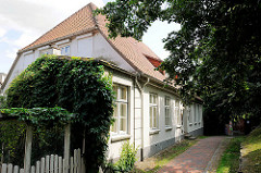 Historische Architektur in Bad Oldesloe, Stormarn - ehem. Pastorat am Kirchberg, erbaut um 1760; eingeschossiges Traufenhaus - klassizistische Fassade.