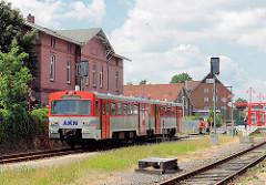 AKN Zug Bahnhof  Richtung Henstedt Ulzburg - im Hintergrund der alte Bahnhof der Stadt.