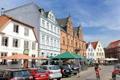 Marktplatz von Glückstadt an der Unterelbe - historische Gebäude und Rathaus.