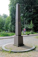Obelisk am Eingang des Glückstädter Stadtparks - Jahrzahl 1617 / 1992.