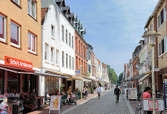 Geschäfte Einzelhandel - Fussgängerzone in der Grossen Kremper Strasse in Glückstadt / Unterelbe.