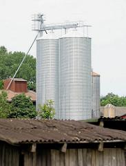 Wellbleckdach eines alten Holzschuppens - im Hintergrund ein Getreidesilo; Bilder aus der Gemeinde Ammersbek / Ortsteil Bünningstedt.