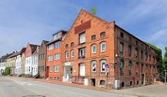 Historische Speicher und Wohngebäude vom Binnenhafen in Glückstadt.