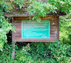 Schild am Eingang Naturschutzgebiet Brenner Moor in Bad Oldesloe / Kreis Stormarn. Flachmoor imTalraum der Trave mit den größten binnenländischen Salzquellen Schleswig Holsteins.