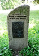 Gedenkstein - Park Ahrensburger Schloss; Inschrift Zur Erinnerung an die Aufhebung der Leibeigenschaft im Zuge der Grossen Agrarreform.