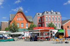 Wochenmarkt auf dem Marktplatz von Barmstedt, Kreis Pinneberg - historische Architektur, Wohnhäuser, Geschäftshäuser.