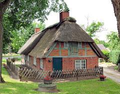 Landarbeiterkate mit Reet gedeckt - Wohnhäuser für Bedienstete des Gut Altfresenburg.
