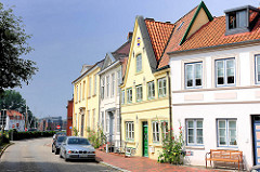 Wohnhäuser am Hafen von Glückstadt - die Fassaden der historischen Häuser sind restauriert.
