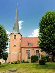 Heiligen Geist Kirche in Barmstedt, Kreis Pinneberg - Grundmauern aus dem 13. Jahrhundert; jetziger Kirchenbau 1717 - 1718 errichtet.