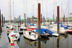 Aussenhafen Glückstadt - Motorboote und Segelschiffe liegen an den Schlengeln / Bootssteg.