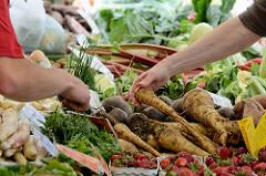 Stand mit Biogemüse - Bauernmarkt Biogut Wulksfelde.