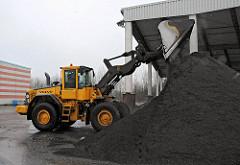 Kompostieranlage Bützberg; Gemeide Tangstedt - Kreis Stormarn; ein Radlader schüttet denfertigen Kompost zu einem grossen Haufen auf. Der organische Mehrnährstoffdünger wird von der Stadtreinigung Hamburg als loser Kompost an die Landwirtschaft o