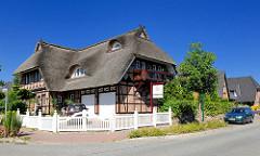 Neubaugebiet Eichholzkoppel - Gemeinde Tangstedt / Stormarn - mit Reet gedecktes Einzelhaus steht zum Verkauf.