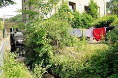 Mühlenbach in Schleswig - Wäsche ist zum Trocknen im Garten aufgehängt.