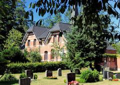 Gemeindehaus der Tangstedter Kirche und Friedhof.