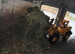Kompostwerk Bützberg  - Kompostherstellung; Gemeinde Tangstedt, Stormarn. Ein Radlader bringt die Grünabfälle in eine Halle, wo diese Bioabfälle maschinell zerkleinert werden.