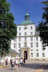 Eingang Schloss Gottorf in der Stadt Schleswig - Touristen besuchen die Schlossanlage.