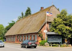 Reetgedecktes Gebäude - Alter Heidkrug an der Segeberger Chaussee in Kayhude / Grenze zur Gemeinde Tangstedt / Kreis Stormarn.