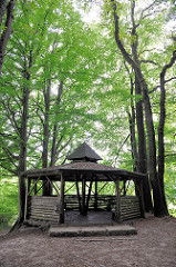 Holzpavillon zwischen Baumstämmen am Lauf der Alster in der Gemeinde Tangstedt, Kreis Stormarn - Naherholungsgebiet Oberalster.