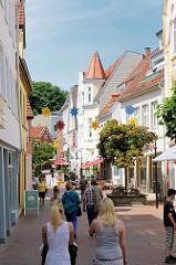 Fussgängerzone in der Stadt Schleswig - FussgängerInnen in der Mönchenbrückstrasse.