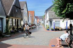 Fischerhäuser in der Süderholmstrasse in Schleswig - enge Strassen, Fahrradfahrer.
