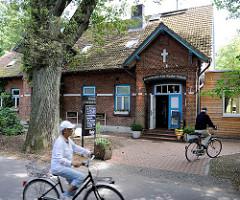 Restaurant Alte Rader Schule - Ortsteil Rade, Gemeinde Tangstedt - Kreis Stormarn; FahrradfaherInnen.