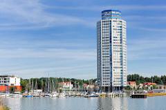 Wikingturm / Wohnhochhaus in Schleswig an der Schlei Architekt Horst Günther Hisam - Höhe 90m / 21 Stockwerke sollte 1972 fertig gestellt werden; endgültige Fertigstellung nach Zwangsversteigerung etc. um 1977. Marina mit Segelbooten und Sportbooten.
