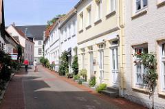 Einstöckige Wohnhäuser - enge Strasse, blühende Rosen am Strassenrand - Bilder aus der Stadt Schleswig.
