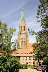 Turm vom St. Petri Dom in Schleswig - im Vordergrund der Hattensche Hof in der Süderdomstrasse - erbaut Ende des 16. Jhd. auf dem Gelände des ehem. Dominikaner Kloster.
