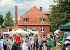 Gut Wulksfelde - Bauernmarkt; Stände - Zelte auf dem Markt, MarktbesucherInnen.