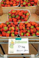 Frische Erdbeeren in Schalen - Hofladen in Wilstedt, Gemeinde Tangstedt.