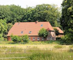 Wiesen und Wohnhaus zwischen Bäumen im Ortsteil Wulksfelde  Gemeinde Tangstedt - Kreis Stormarn.