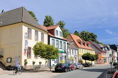 Einzelhäuser - Wohnhäuser, Gewerbegebäude / Einzelhandel - geschlossene Strassenfront; Strasse Lollfuss in Schleswig.