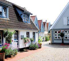 Fischerhäuser in Holm - Schleswig, Blumen an der Hausfassade.
