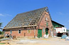 Scheune eines Bauernhofs wird für einen Wohnhausneubau abgerissen; Wilstedt - Gemeinde Tangstedt.