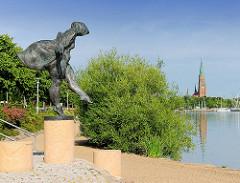 Bronzeskulptur  Die Badende / Die Schleswigerin am Ufer der Schlei in Schleswig; Bildhauer Carl Constatin Weber 2008.