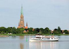 Ausflugsschiff Wappen von Schleswig auf der Schlei - an Land  die Türme vom St. Petri Dom.